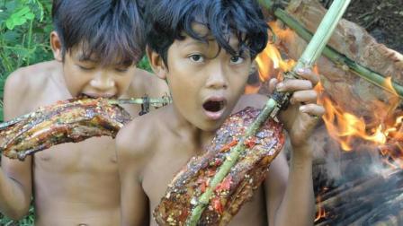荒野兄弟野外烤五花肉, 蘸上耗油辣椒酱, 味道美美哒, 太好吃了
