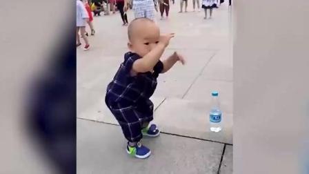 2岁孩子就学会广场舞了, 孩子前途无可限量!