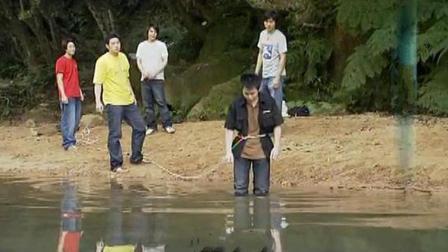 几个坏孩子用同学去钓水鬼, 最后被惩罚, 一辈子不能喝水