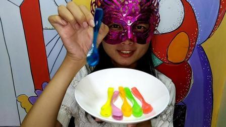 美食吃货: 面罩小姐姐吃彩色勺子果冻 彩虹勺子漂亮又美味