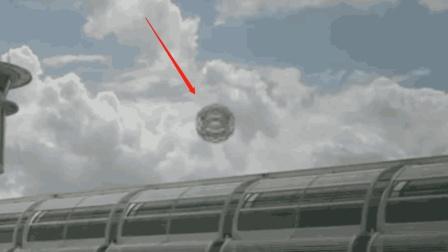 国外机场上空, 拍摄到一个金属球体在飞行, 外星
