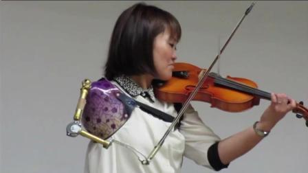 只有一只手怎么拉小提琴? 身体的残缺也打不倒一颗坚强的心