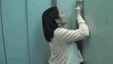 女子夜晚独自一人乘坐电梯, 中途电梯出现故障