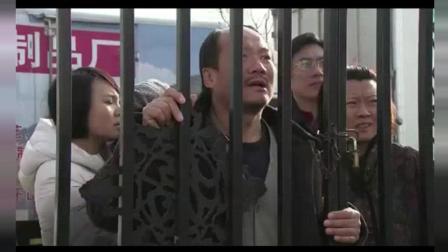 王老七锁上门, 不让谢广坤进来, 广坤急的大叫大