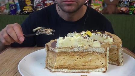 国外大叔, 吃一个8寸的小狗慕斯蛋糕, 香甜的奶油真是馋人