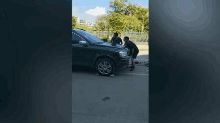 女子被压车底 众人齐心协力抬车救下被困者