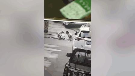 8岁娃蹲地玩耍 疑进司机盲区遭辗轧身亡
