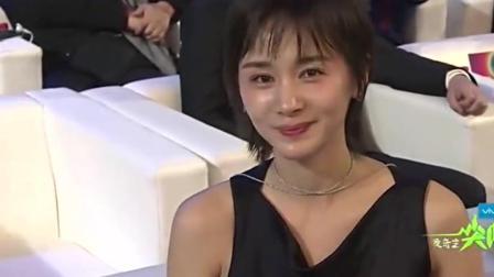 主持人采访贾乃亮, 后面的前女友王子文一脸的崇拜!