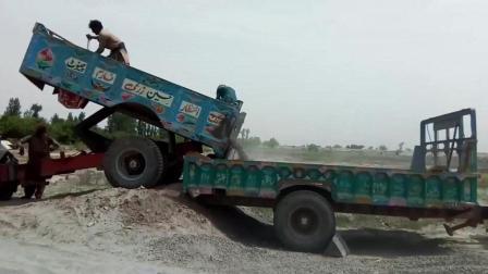 创意不错! 拖拉机当推土机使, 小伙子用这方法装车也太聪明了