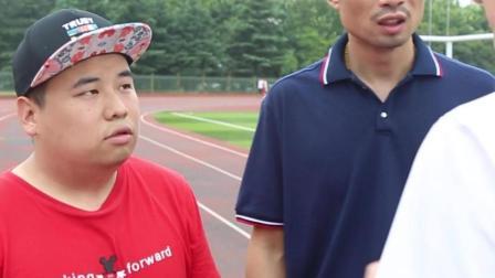 两兄弟操场跑步, 长的胖的小伙太惨了!