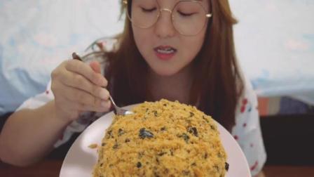 南京胖妞吃巨型肉松小贝, 看样子特别好吃, 一会也去蛋糕店买个去