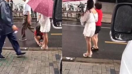 女孩街上让妈妈为其擦脚 并呵斥:没擦干净