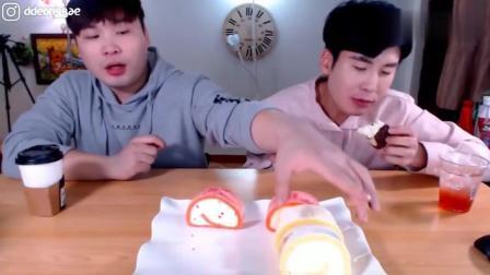 韩国豪放派吃播大胃王donkey兄弟点心时间吃厚奶油巧克力蛋糕卷