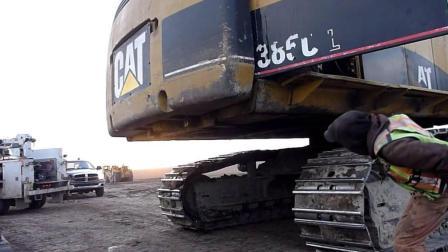 84吨挖掘机配重安装过程颠覆认知, 网友: 配重漆掉成这八成是新手