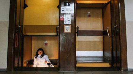 德国这个电梯连门都没有一不小心就掉下去了