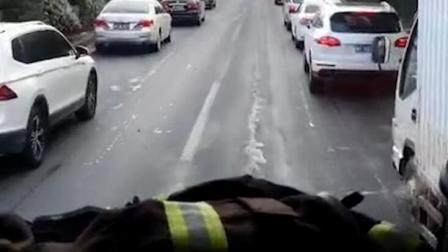消防车早高峰遇堵车 私家车齐刷刷靠边让道