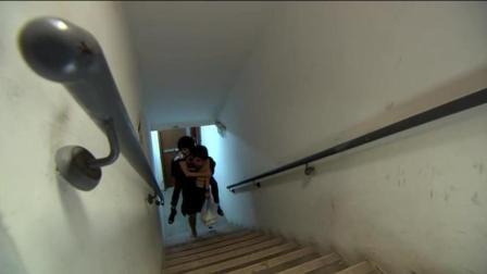 海龟女第一时间来见男友, 不幸困在电梯, 男友背女友爬楼, 幸福啊