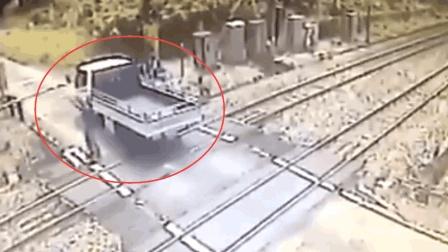 小货车抢行通过铁道口, 火车来了, 司机挥手示意