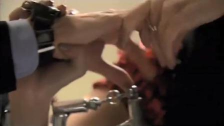 警官现场教学用手铐,不料被美女拷住了