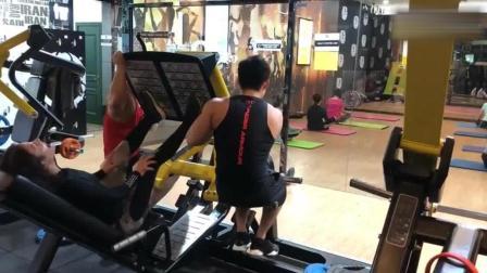 女孩来健身房, 就点名要俩教练, 老板还以为是为