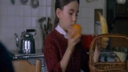 小女孩去看帅哥,带好了食物和水,还信誓旦旦的说要照顾好帅哥