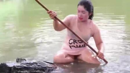 农村大嫂抓了很多鱼后, 找了块大木头当船, 结果却翻了!