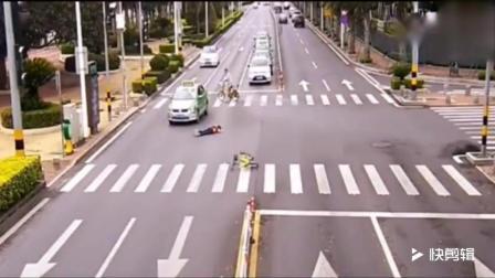 两名17岁少年骑单车闯红灯, 监控拍下车祸搞笑的
