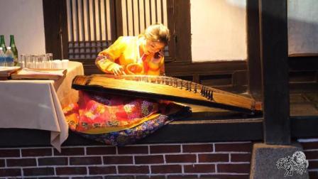 朝鲜世界21集: 在开城体验打糕, 一旁的美女用伽倻琴弹出《我只在乎你》