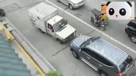 幸亏轿车司机开的不快, 记录仪拍下惊险的一幕