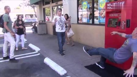国外爆笑街头恶搞: 光头男用超能力把对方击倒