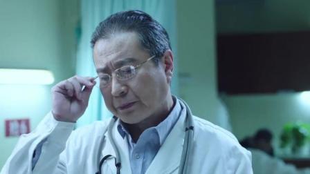 急诊科医生: 男子腹痛去医院看病, 退休老医生还是很敬业的!