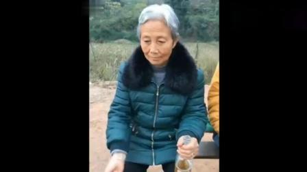 四川老奶奶搞笑起来, 谁都忍不住想笑