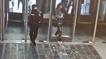 俄女子地铁站撞穿玻璃门头腿缝针