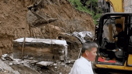 工人修水池时挖到一口金棺, 至今无人能打开, 专家: 没这个本事呀