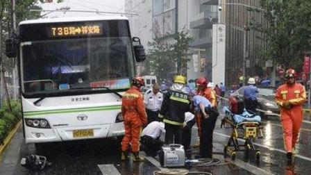 上海一公交车刹车故障撞倒行人 造成2死1伤