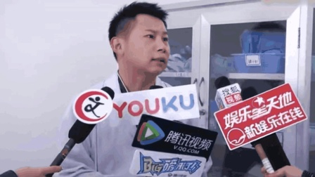记者问何云伟跟郭德纲关系有缓解吗? 何云伟: 他