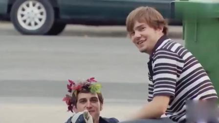 国外搞笑恶作剧: 小伙钻进垃圾桶里, 莫名地消失