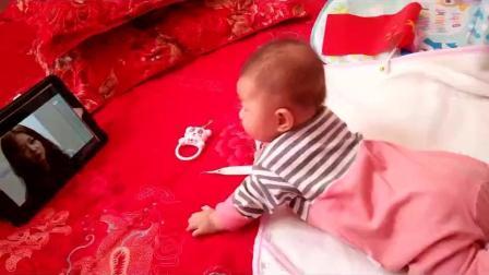 3个月宝宝会看视频了