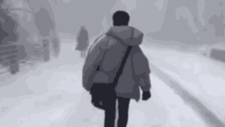 下雪后路滑走起路来笑掉大牙!