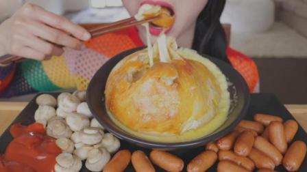 国外小姐姐, 吃巨大的芝士球, 配香肠和蘑菇, 大口吃芝士超过瘾