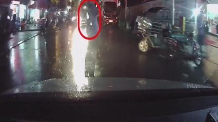 男子站在路中玩自拍, 下一秒, 小车让他肠子都悔
