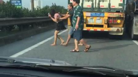 高速路出现这样一幕, 三个司机竟然这样做真让人