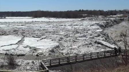 冰雪融化上游漂来大面积浮冰, 通过大桥飞速奔向