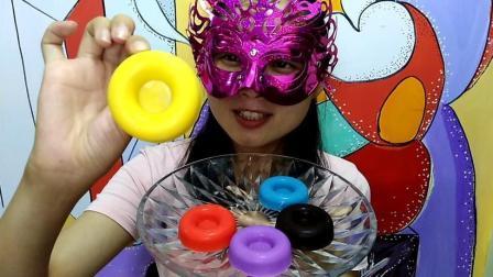 美食吃货: 面罩小姐姐吃彩色空心巧克力面窝 脆脆的 味道很别致