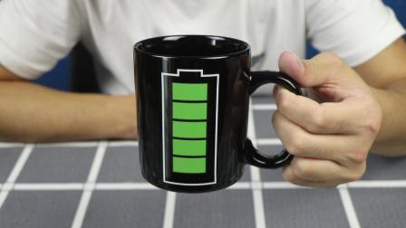试玩充电变色杯, 倒入热水出现一个电池在充电, 太神奇了