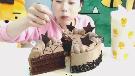 韩国卡妹吃慕斯蛋糕, 咖啡口味你觉得咋样呢