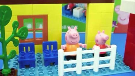 用积木搭建小猪佩奇的新家