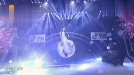 火箭少女101孟美岐、吴宣仪师姐程潇演绎吊环舞《一生所爱》