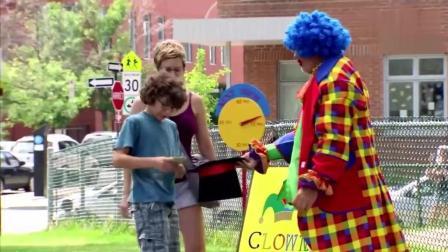 国外爆笑街头恶搞: 流浪小丑行乞, 好吃懒做路人