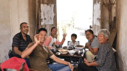 农村一家人这样过中秋, 大盆饭菜端桌上, 很多人向往的生活